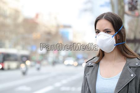 kvinde ifort beskyttende maske ser pa