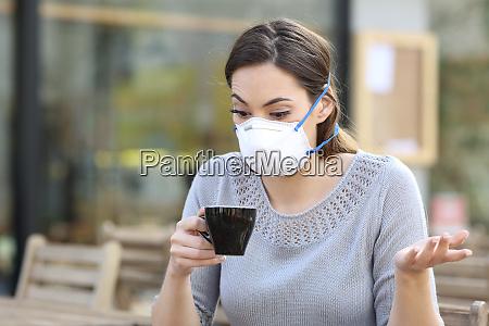 forvirret pige holder en kop kaffe