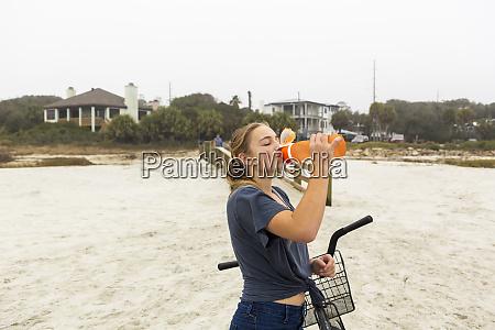 teenage pige drikkevand fra en flaske