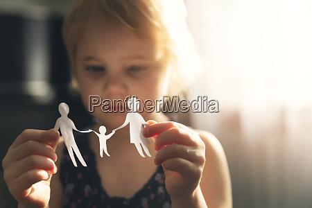 lille pige med papir familie i