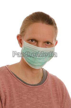 kvinde med mundbeskyttelse og maske
