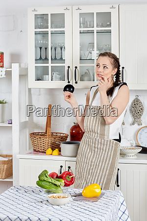 kvinde, madlavning, mad, i, køkkenet. - 28255736