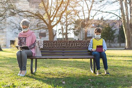 bedstemor og barnebarn adskilt af social