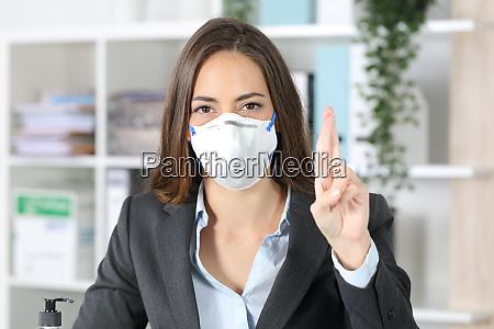 executive med maske krydser fingre soger