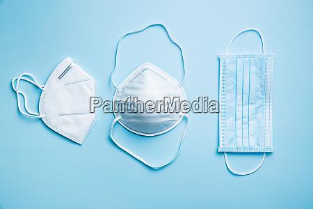tre forskellige beskyttelsesansigtsmasker coronavirus forebyggelse