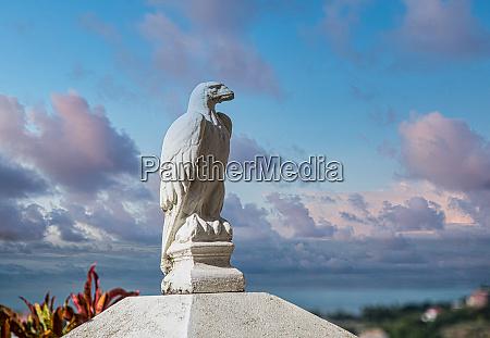 stone eagle ved havet i skumringen
