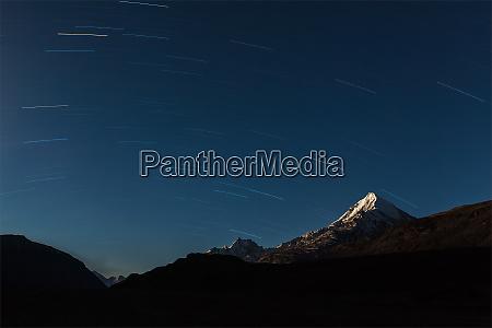 stjerne stier over himalaya bjerge