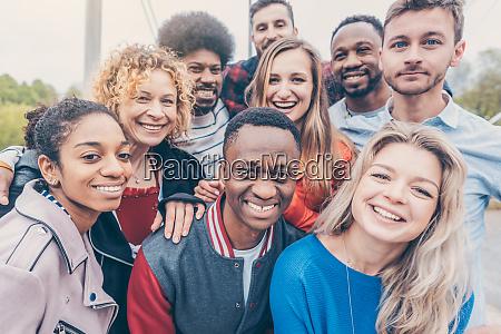 ubekymrede venner af forskellige etniciteter gor