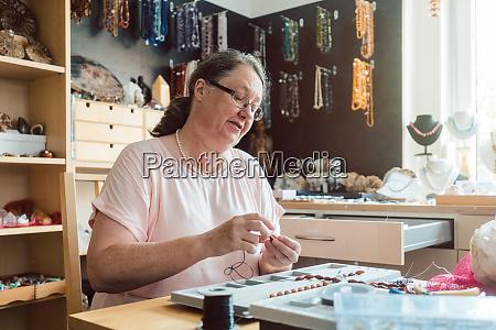 kvinde der arbejder pa en aedelsten