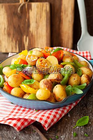 bagte kartofler med grontsager