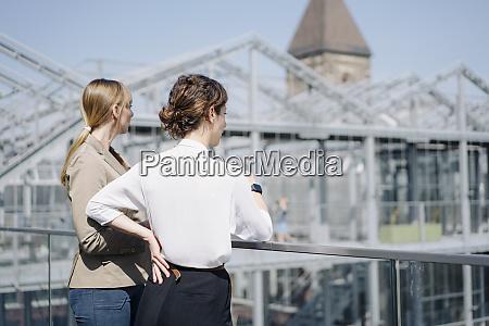 bagfra af to forretningskvinder der star