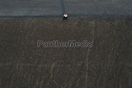 mandlig ivaerksaetter sidder pa bakke drone