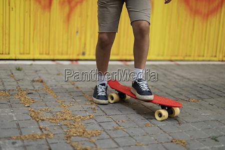 ben af dreng skateboarding pa gangsti