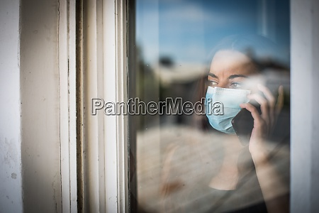 kvinde taler pa mobiltelefonen mens ifort