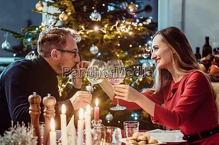 midaldrende par drikker vin juleaften