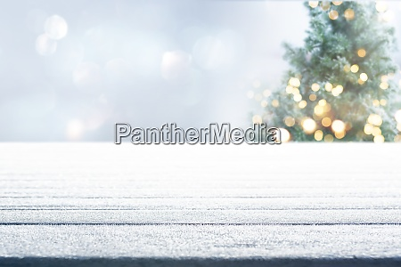 bord med juletrae om vinteren