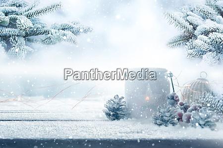 juledekoration i en snedaekket have