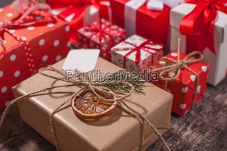 handlavede indpakket julegave kasser pa fejre