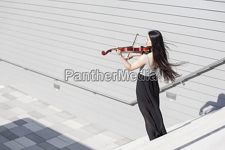 ung kvindelig asiat spiller violin pa