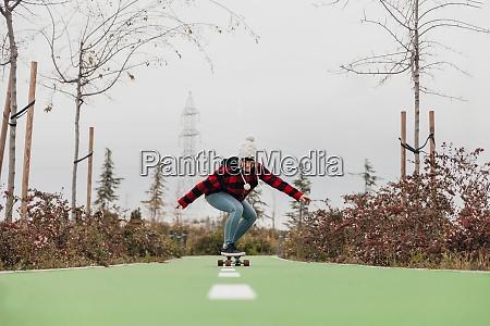 ung kvinde skateboarding udendors