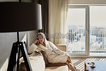 smuk pensioneret kvinde i badekabe sidder