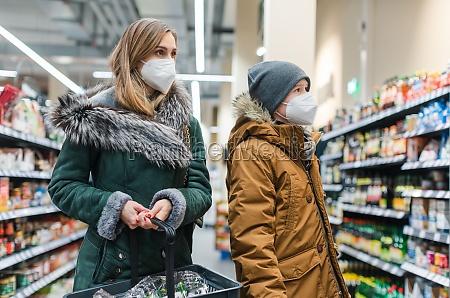 familie, shopping, i, supermarkedet, under, covind19 - 29261176