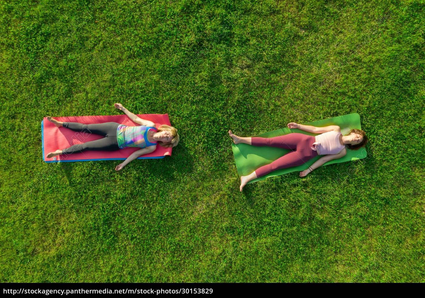 luftfoto, af, to, kvinder, der, dyrker, yoga - 30153829